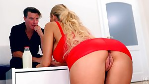 Blonde in white-hot dress without panties Florane Russell seduces one handsome guy