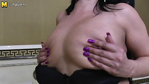 Horny Mature Slut Playing On Her Bed - MatureNL
