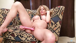 Dirty mature slut Elizabeth Callow takes missing her clothes to masturbate