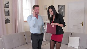Sexy MILF is ready to close the give out by fucking with the guy